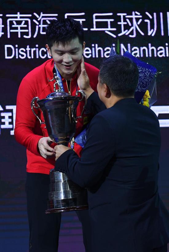 刘国梁给樊振东授奖