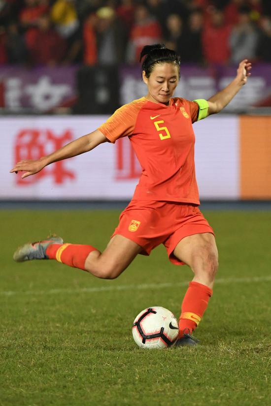 2019年11月10日,在2019CFA中国之队永川国际女子足球锦标赛中,中国队球员吴海燕在点球大战中罚点球。当日,中国队议决点球大战以4比2制服巴西队,夺得冠军。新华社记者唐奕摄