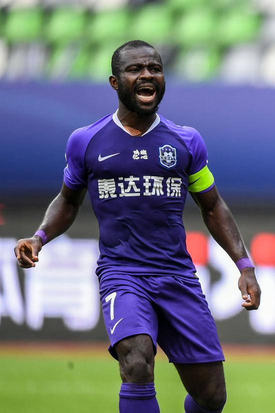 9月28日,天津泰达队球员阿奇姆彭在竞赛中。新华社记者李博摄