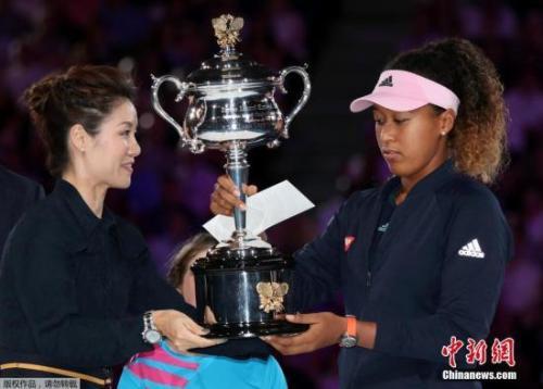 资料图:2019年澳洲网球公开赛,李娜为大阪直美颁奖。