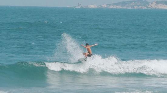 凌俊威在冲浪。(受访者供图)