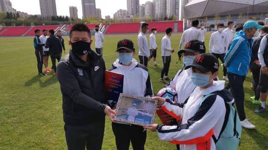 黄海为援鄂球迷赠套票与签名球 全队欢迎英雄到来