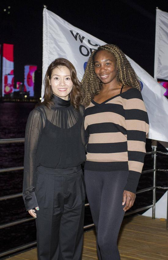 李娜(左)与维纳斯·威廉姆斯在活动中合影。