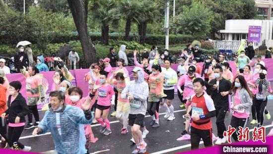 上海静安女子半程马拉松暨女王跑上海站雨中开跑。 静安区新闻办供图