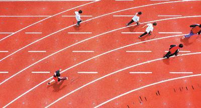 贵州省遵义市余庆县敖溪幼学弟子在体育课上演习滚铁环。新华社记者 刘 续摄