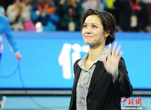 资料图:2014年9月30日晚,李娜的退役仪式如期在国家网球中心钻石球场举行,这位亚洲首位大满贯单打冠军得主、世界排名曾高居第二位的中国金花一姐正式以职业球员的身份向全球支持她的球迷告别。中新网记者 陈静 摄