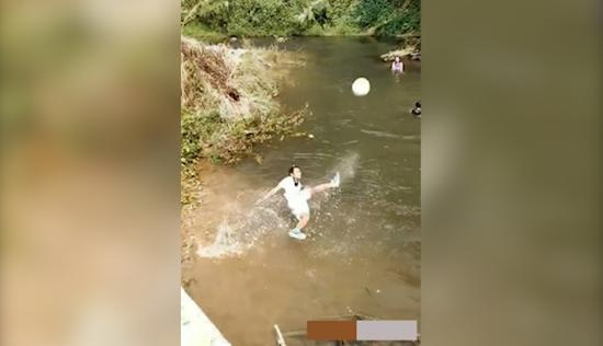 岩坎香在水中练球