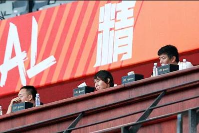 李铁(中)昨晚认真考察球员 图/视觉中国