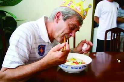 桑特拉奇在中国执教时吃生日面