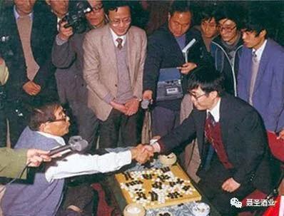 首届中日围棋擂台赛,聂卫平制服藤泽秀走后两人握手