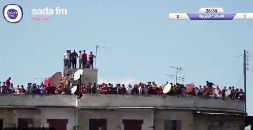 叙利亚球迷爬上楼顶观看本国联赛