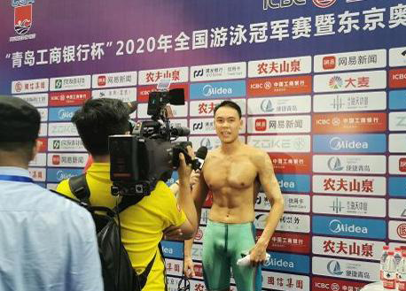 (以21秒79打破男子50米自由泳预赛打破宁泽涛保持的全国记录的余贺新)