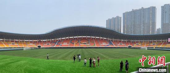 图为大连体育中央体育场内一景。 邓涵竹 摄