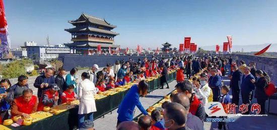 10月17日,在忻州古城南城楼上举行棋手指导棋活动。