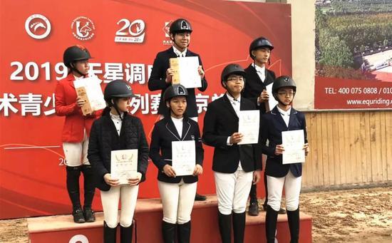 图:站在冠军领奖台上的刘竞舟