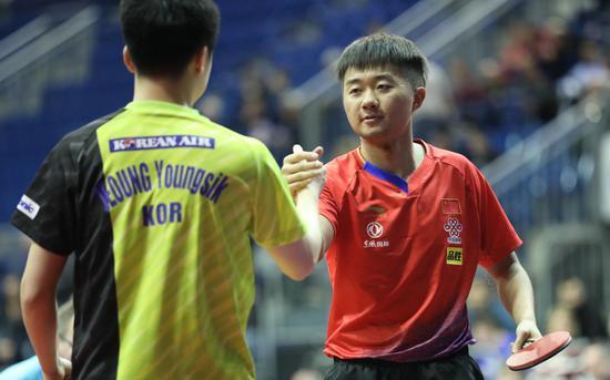 """乒乓球比赛中的握手环节""""暂停""""。图/Osports"""