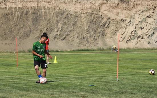 努尔买买挑初一才最先接触足球。受访者供图