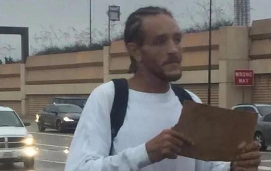 德隆蒂韦斯特在波士顿北边行乞的相片被发布后,库班第一时间联络