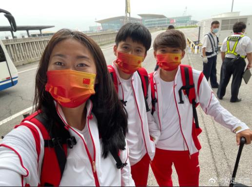 【博狗体育】女足三大核心出征奥运前合影 王霜:我们来诺