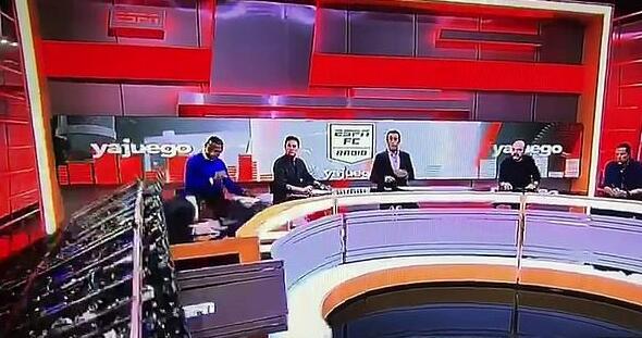 ESPN主持人直播时被砸 同行主播当场吓呆