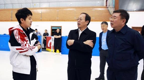 苟仲文局长向速滑国家集训队主教练王濛了解情况