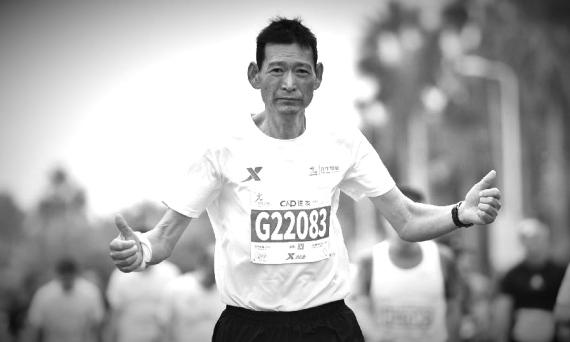 贺明在马拉松赛场上奔跑