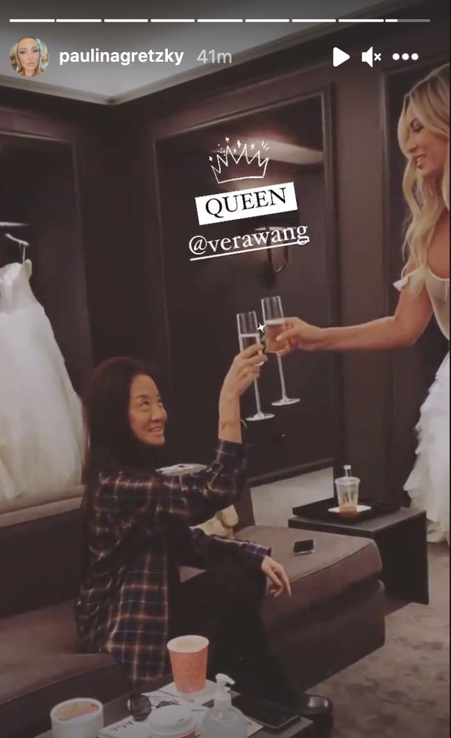 DJ的未婚妻宝琳娜与王薇薇碰杯共饮香槟