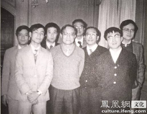 1983年12月24日金庸与陈祖德、聂卫平等在一起(摘自傅国涌著《金庸传》插图)