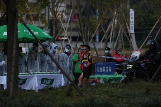 2020上海马拉松开跑 贾俄仁加李芷萱分获冠军