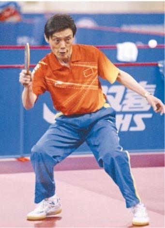2005年4月25日,陆元盛在上海体育馆带队进行赛前训练。影像中国