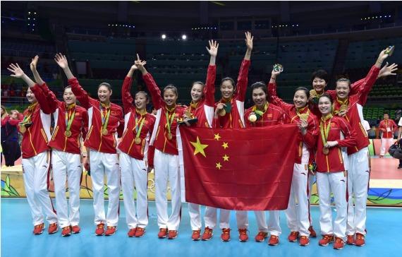图为中国女列队员在2016年里约奥运会女子排球决赛授奖仪式后相符影。新华社记者