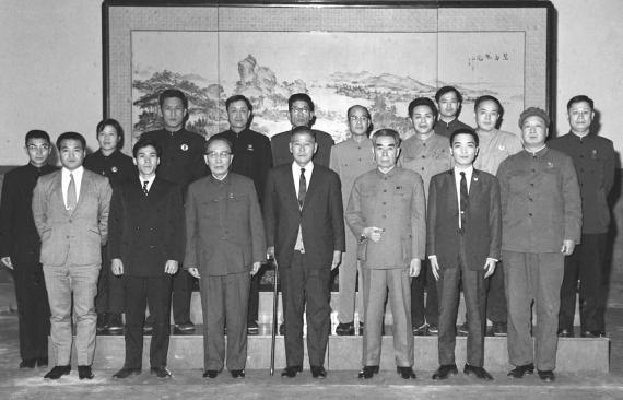 资料图:1971年1月29日,国务院总理周恩来,人大常委会副委员长、中日友协名誉会长郭沫若,会见日本乒乓球协会会长后藤钾二先生(前左四)及其随行人员。新华社记者齐铁砚摄