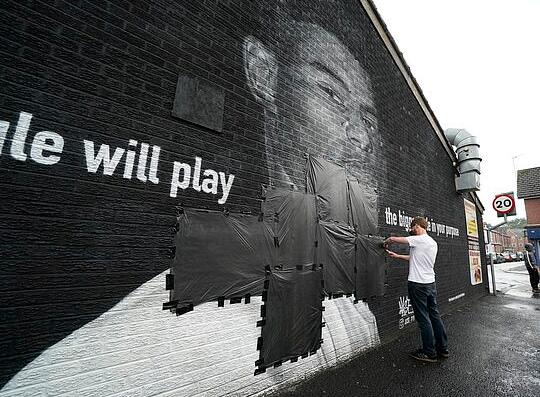 有爱!英格兰人爱护自家球星 侮辱墙变成爱心墙