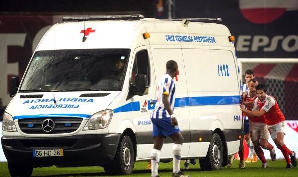 到底谁救谁?葡萄牙场上搞笑一幕 球员推救护车