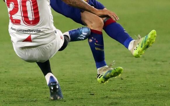 梅西的球袜已经被踹破了