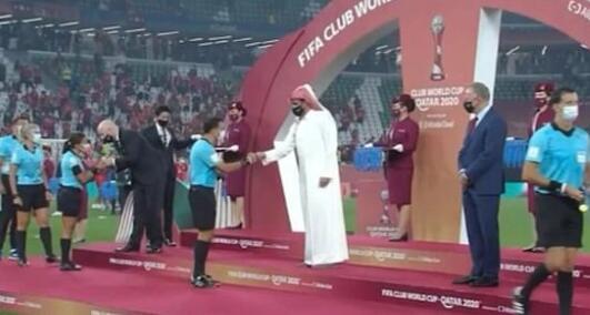 """卡塔尔王室成员""""无视""""女裁判 颁奖如没看到她们"""