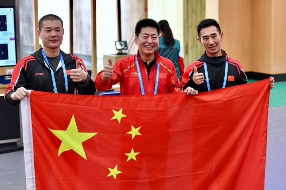10月23日,中国队选手金泳德(中)、高铮(右)、姚兆楠赛后合影。