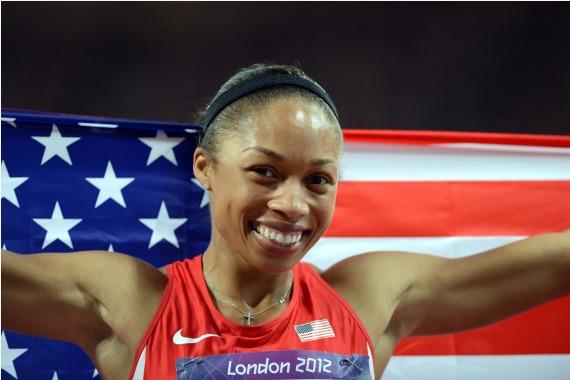 图为2012年8月8日,菲利克斯在2012年伦敦奥运会女子200米决赛夺冠后批准祝贺。 新华社记者杨宗友摄