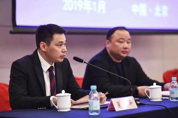 资料图:当选的中国羽毛球协会副主席夏煊泽(左)在会上发言。新华社发(中国羽毛球协会供图)
