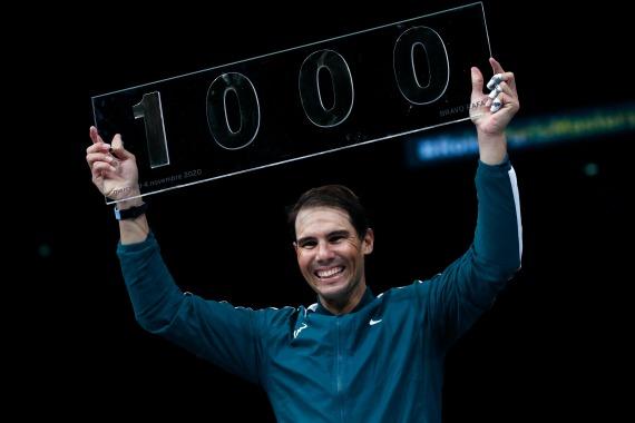 11月4日,在巴黎网球行家赛男单第二轮比赛中,西班牙选手纳达尔以2比1制服同胞洛佩斯,成为第四位做事生涯完善1000场单打比赛胜利的外子网球活动员。新华社发