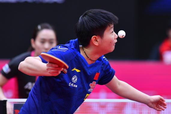 11月9日,中国选手孙颖莎在比赛中发球。 新华社记者 朱峥 摄