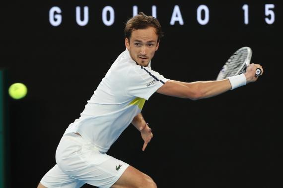 2月21日、梅德韦杰夫在澳网男单决赛中回球、新华社记者白雪飞摄