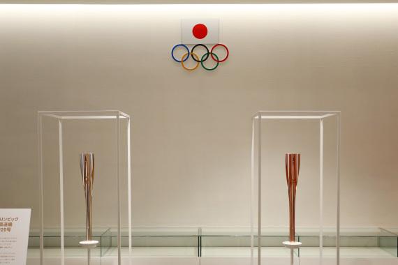 在日本奥林匹克博物馆展览现场拍摄的东京奥运会残奥会圣火传递火炬《右》、新华社记者杜潇逸摄