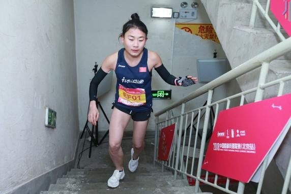 女子精英组冠军蹇穆华在比赛中