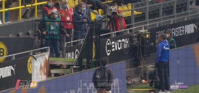 德甲教练隔着几米远接受采访 能听清吗