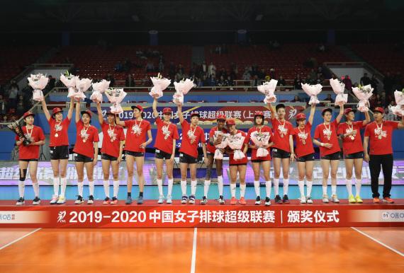 天津女排捧首了排超冠军奖杯。  新华社 图