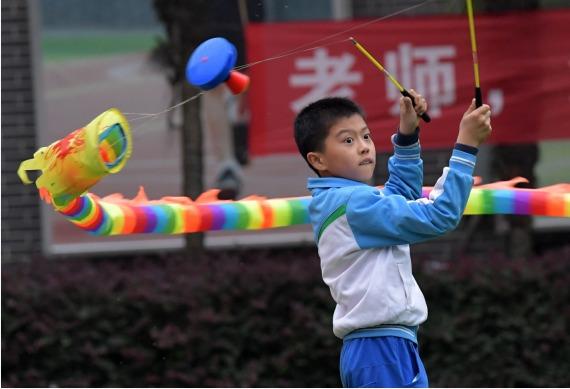 图为 10月19日,在江西省南昌市东湖区向荣幼学,弟子在演习抖空竹。新华社记者 彭昭之 摄