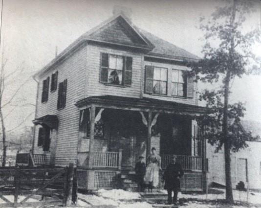 7岁的威梅特和父母在克莱德街246号房前