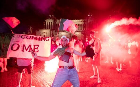 意大利球迷嗨了!欢庆夺冠 高喊奖杯来到罗马
