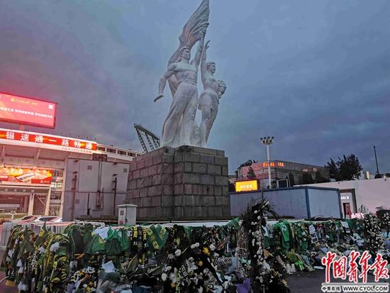 国安球迷7个日夜悼念小马丁:他走时像个北京人
